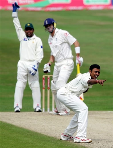 Danish Kaneria appeals for lbw against Kevin Pietersen