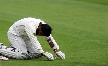 Mohammad Yousuf is doing Sajjida in front of God after getting his century