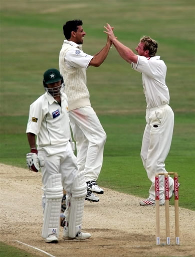 Paul Collingwood celebrates the wicket of Faisal Iqbal with Sajid Mahamood