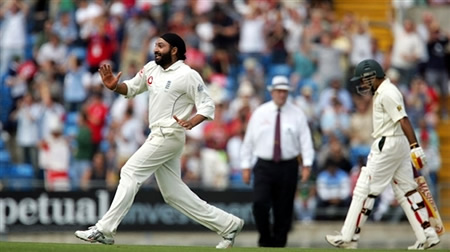 Monty Panesar celebrates the wicket of Taufeeq Umar