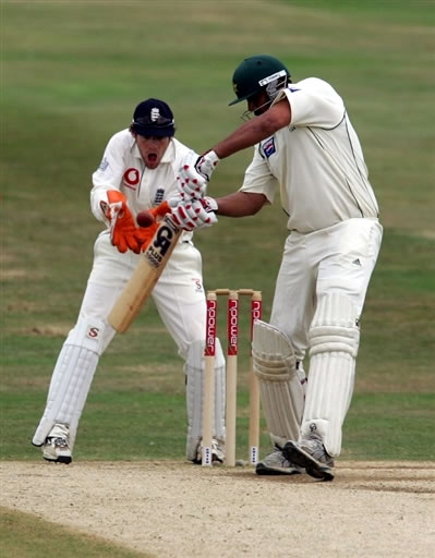 Chris Read takes the stumps of Inzamam-ul-Haq to win the 3rd Test & wrap up the series
