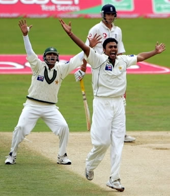 Danish Kaneria appeals for lbw