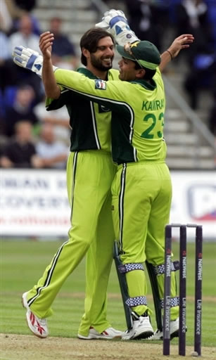 Shahid Afridi celebrates with Kamran Akmal after taking a wicket