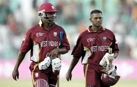 Lara & Chanderpaul walk back to the pavilion after defeating Zimbabwe