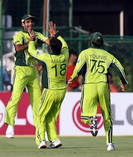Iftikhar Anjum & Shoaib Malik celebrate the wicket of Kumar Sangakkara