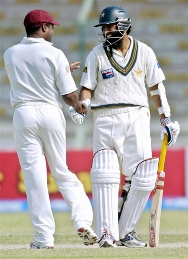 Mohammad Yousuf is congratulated by Lara after he breaks 30-year old Viv Richards record