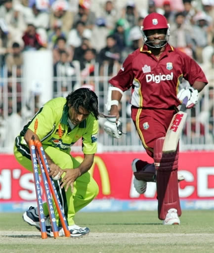 Abdul Razzaq successfully runs out Brian Lara