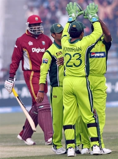 Pakistan players celebrate the wicket of Gayle