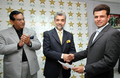 Aleem Dar, ICC Elite Umpires Panel, receiving a cheque