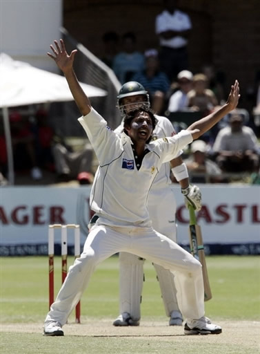 Mohammad Asif appeals for lbw against Gibbs