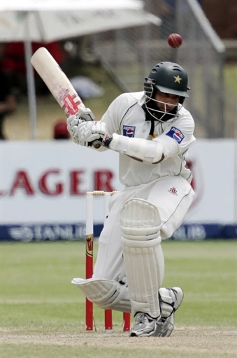 Mohammad Yousuf avoids a bouncer