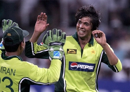 Kamran Akmal & Mohammad Asif celebrates the wicket of Smith
