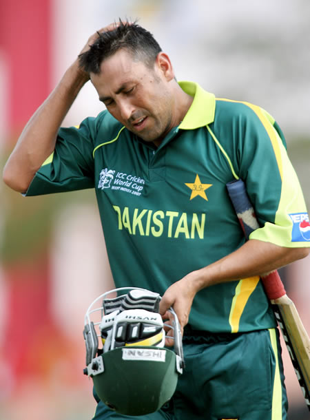 Younis Khan dejectedly leaves the field after being dimissed
