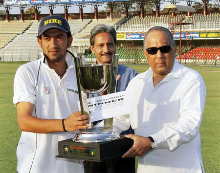 Hasan Raza HBL captain receives ABN-AMRO Patron's Trophy 2006-2007 from Salim Altaf, Chief Operating Officer, PCB at Gaddafi Stadium, Lahore, 25 March 2007
