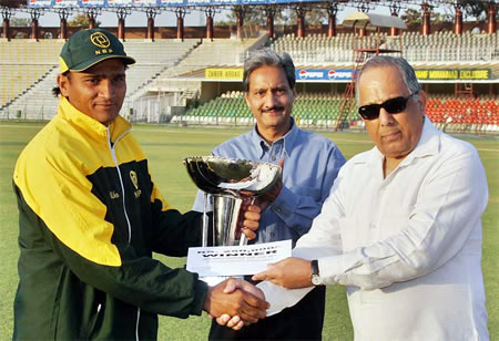 Naumanullah NBP captain receives ABN-AMRO Patron's Cup 2006-07 from Salim Altaf, Chief Operating Officer, PCB at Gaddafi Stadium, Lahore, 25 March 2007