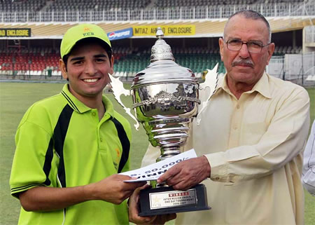 Abdul Rauf Sialkot's captain receives Trophy from Zaman Khan after winning the PCB Inter Region Under-15 final against Multan, Gaddafi Stadium, Lahore, 26 March 2007