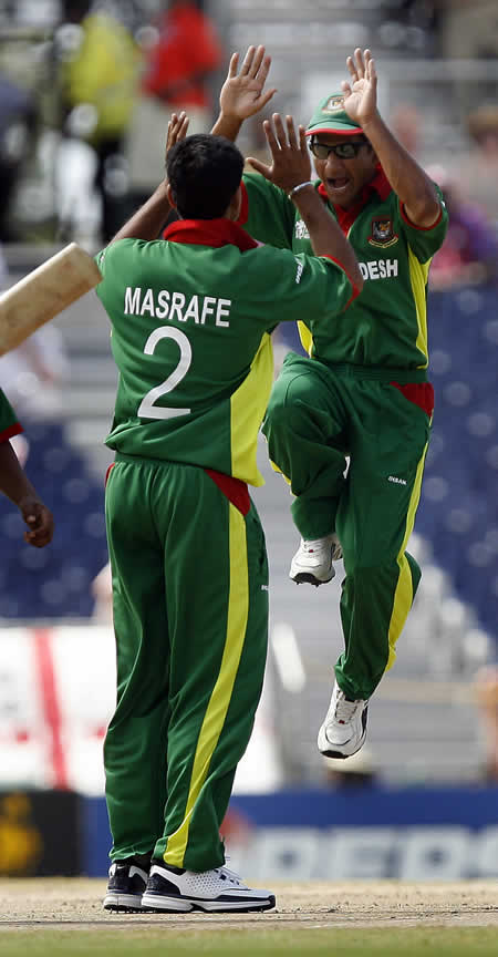 Habibul Bashar & Mortaza celebrate the wicket of DS Smith