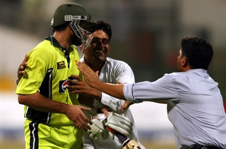 Shahid Afridi tries to avoid spectators after win the match