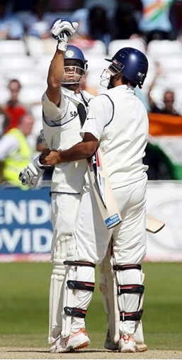 Rahul Dravid celebrates victory over England with Sourav Ganguly