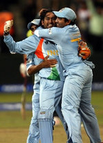 Mahendra Singh Dhoni celebrates victory with Robin Uthappa over Pakistan in a bowl-out