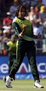 Umar Gul celebrates the wicket of Dhoni