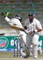 Kamran Akmal tries to catch the ball as Kallis looks on