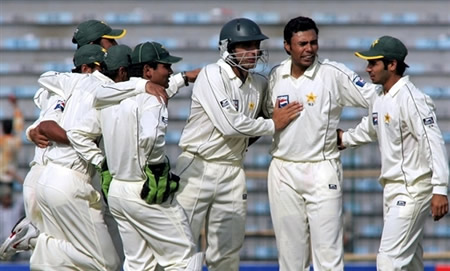 Danish Kaneria celebrates the wicket of Kallis with his teammates