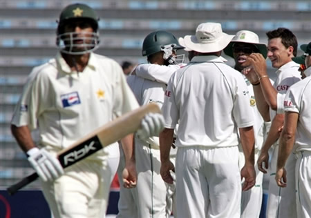 Dale Steyn celebrates the wicket of Shoaib Malik with his teammates
