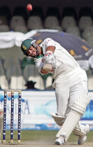 Jacques Kallis hits a four