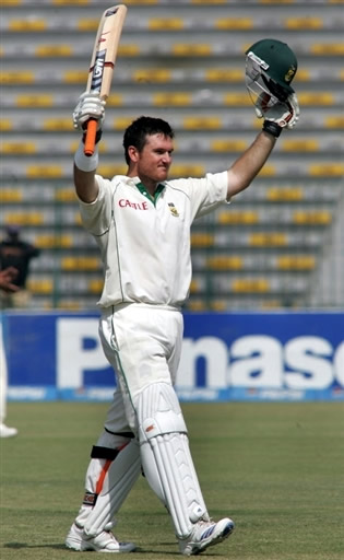 Graeme Smith celebrates his century