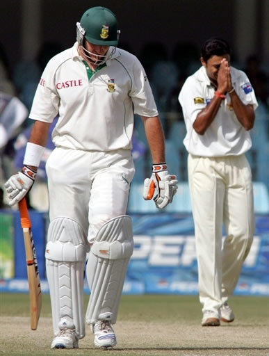 Danish Kaneria celebrates the wicket of Smith