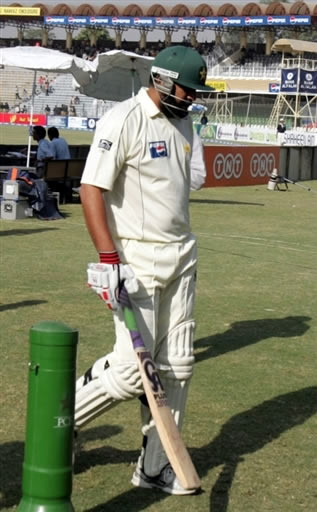 Inzamam-ul-Haq walks back to the pavilion