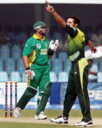Shahid Afridi celebrates the wicket of Kallis
