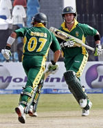Gibbs and de Villiers run between the wickets