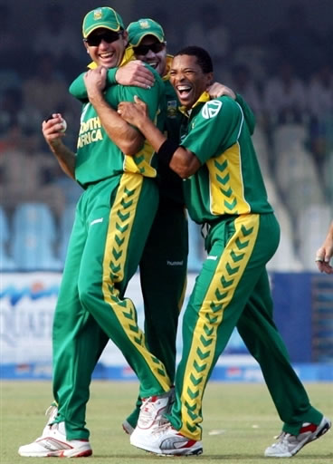 Makhaya Ntini celebrates the wicket of Imran Nazir