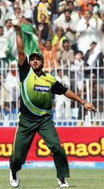 Shahid Afridi celebrates after taking the catch of AB de Villiers