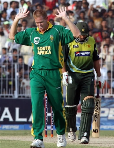 Shaun Pollock celebrates the wicket of Shahid Afridi