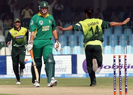 Shoaib Akhtar celebrates the wicket of Graeme Smith