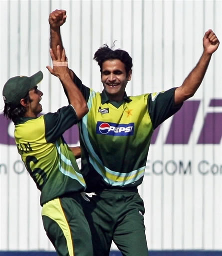 Iftikhar Anjum and Imran Nazir celebrate the wicket of Gibbs