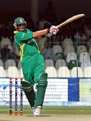 Jacques Kallis plays a pull shot