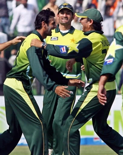 Shoaib Malik celebrates the catch of Kallis