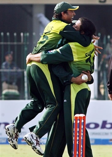 Shoaib Akhtar and Younis Khan celebrate the wicket of Kallis