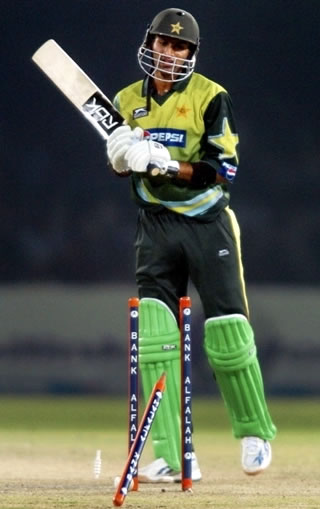 Shoaib Malik is bowled by Albie Morkel