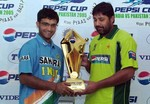Saurav and Inzamam holding the Pepsi Cup