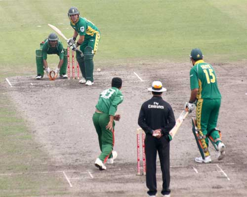 South Africa batsman AB de Villiers and Graeme Smith in action aganist Bangladesh