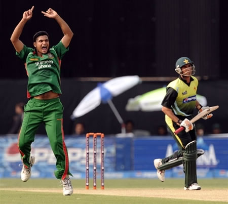 Masrafe Mortaza celebrates the wicket of Younis Khan