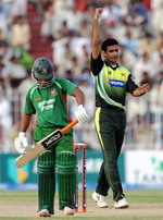 Iftikhar Anjum celebrates the wicket of Mohammad Ashraful