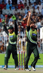 Shahid Afridi and Kamran Akmal celebrates the wicket of Shakib-ul-Hasan