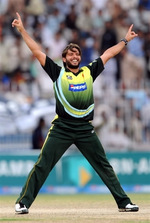 Shahid Afridi celebrates the wicket of Farhad Reza
