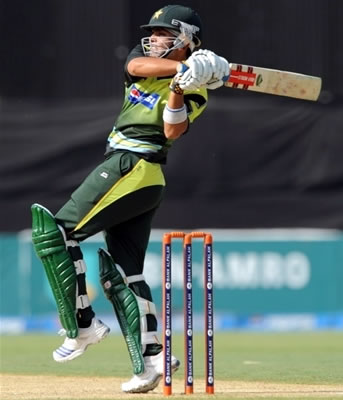 Kamran Akmal plays a pull